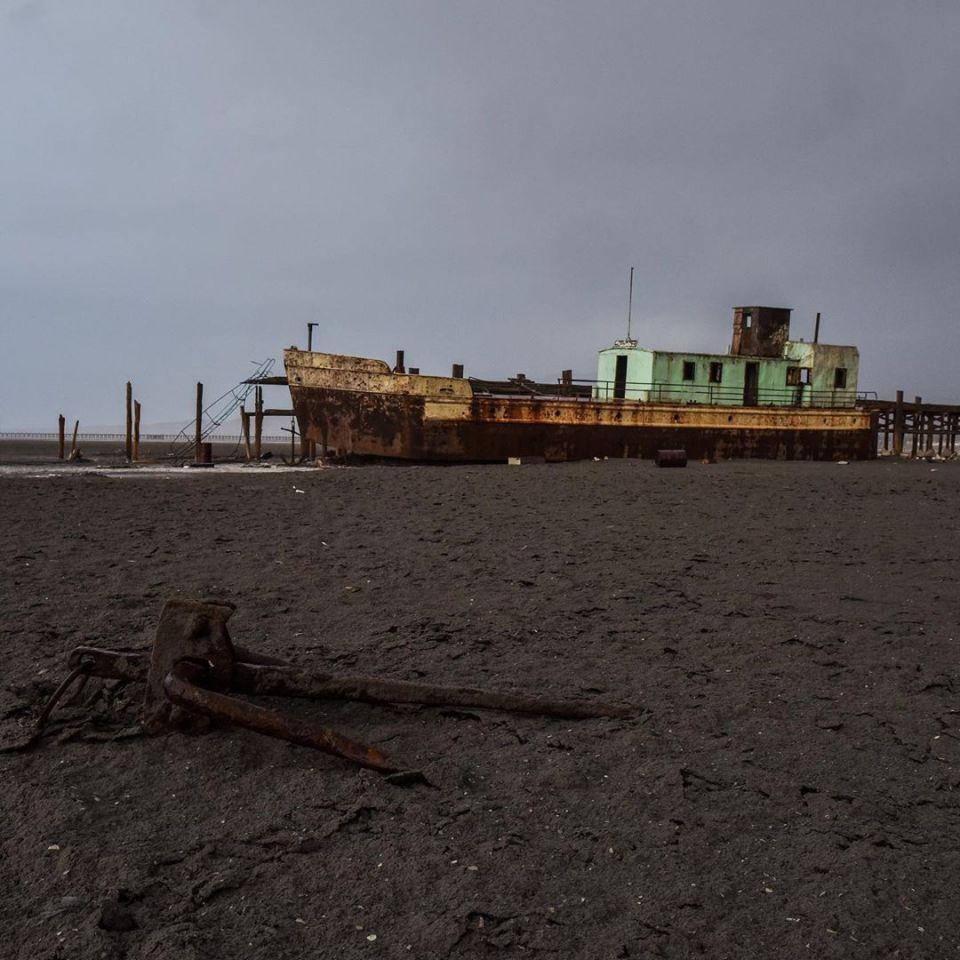 Confinement – day 48 – abandoned ship in Ourmia lake, near Tabriz, Iran. Thanks to my friend @azinhaghighi #confinement #covid_19 #coronavirus #ship #drylake #lake #dry #abandoned #salt #iran #tabriz #sand #water #nowater #sky #dust #rust #endoftheworld