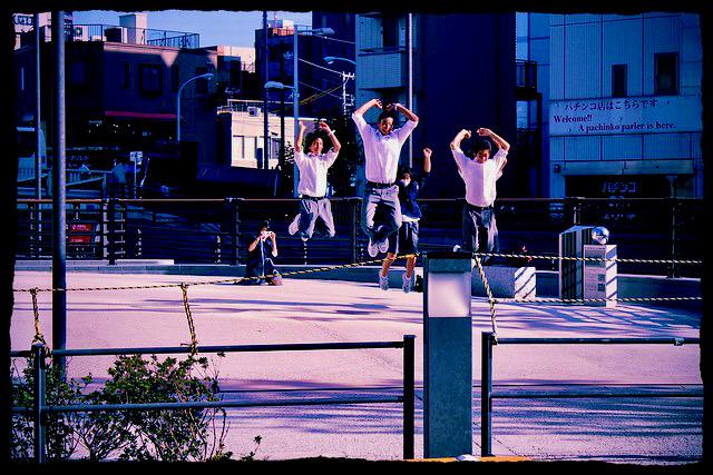 Niños japoneses saltando