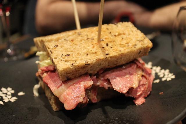 Sandwich pastrami Canalla Bistro