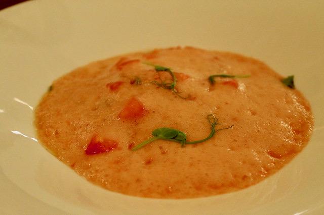 Tomate con vinagreta de aceitunas y anchoas al aroma de menta Baluarte Soria