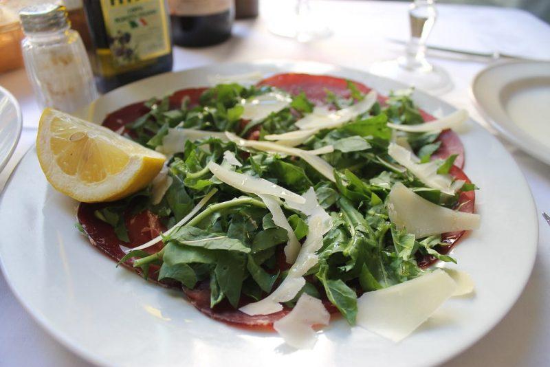 Carpaccio de ternera con queso Picorino di Grotta Trattoria da Benvenuto Florencia