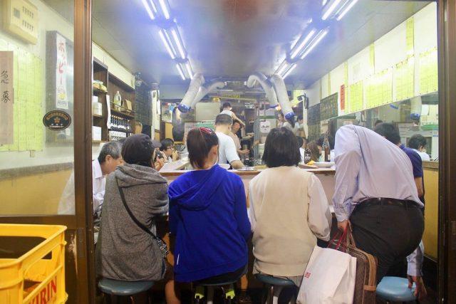 Comiendo a pie de calle en Omoide Yokocho
