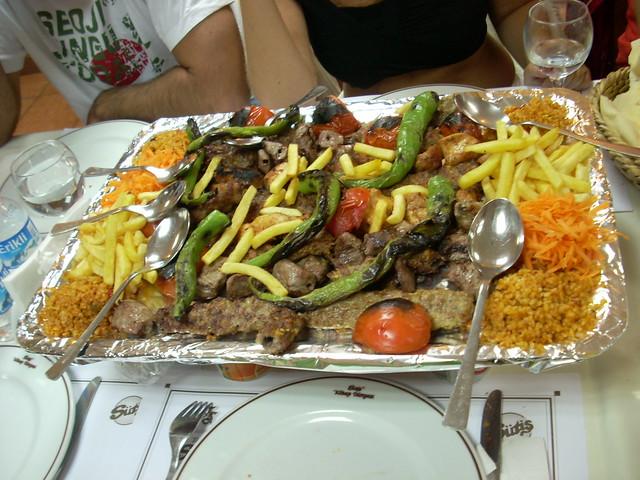 Cordero con verduras a la parrilla, arroz y patatas Bazar de las Especias de Estambul