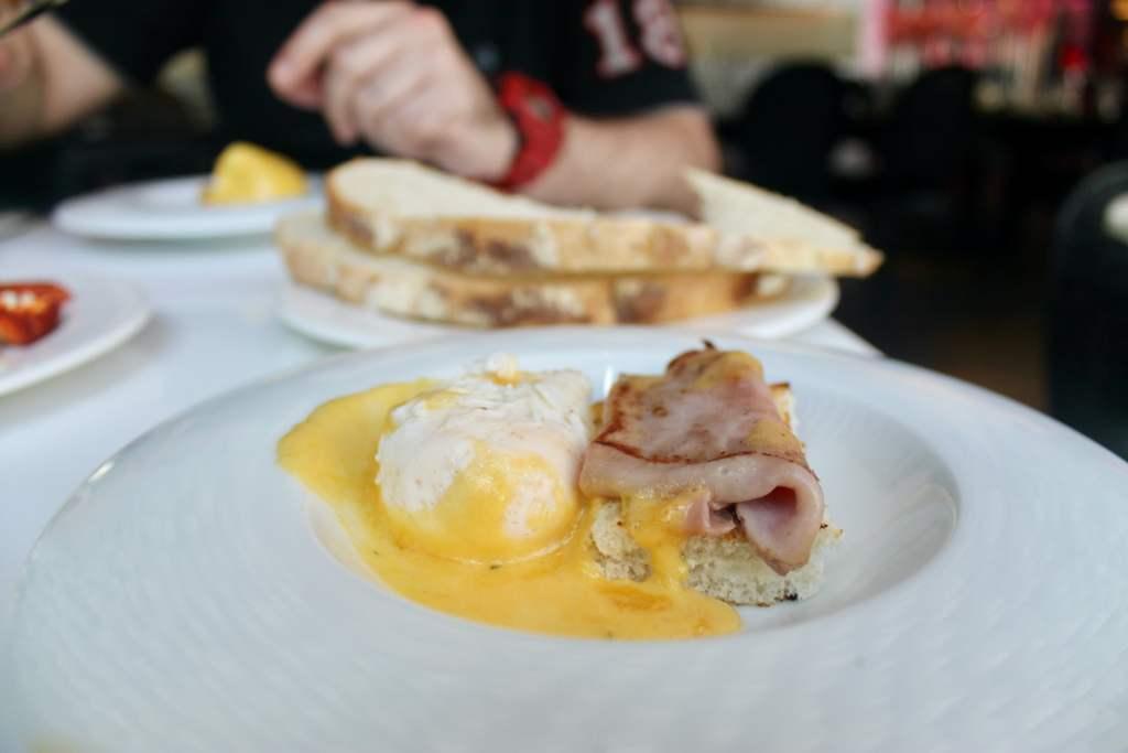 Huevos benedict con jamón brunch Barcelo Raval