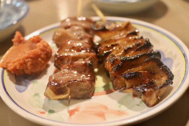 Pinchos de intestino y corazón Omoide Yokocho Tokio