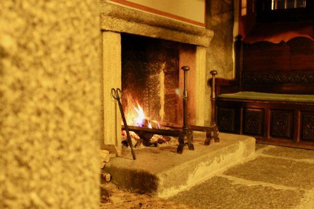 Salon con chimenea