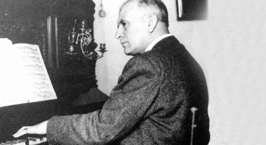 Germán Álvarez Beigbeder, sentado al piano.