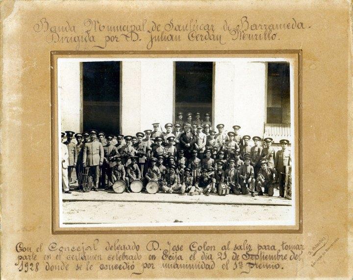 La Banda municipal de Sanlúcar, dirigida por Julián Cerdán, antes de salir hacia Écija el 21 de septiembre de 1928, donde ganó el primer premio por unanimidad en el concurso de bandas celebrado en dicha localidad sevillana. | Foto: Archivo Musical de Luis Romero