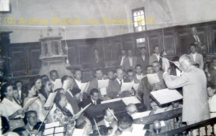 La Orquesta y Orfeón Santa Cecilia, dirigidos por Luis Romero, durante su tradicional actuación en la misa de la Patrona el 15 de agosto.
