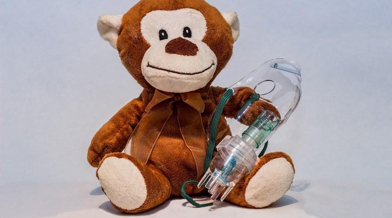 Małpka z inhalatorem