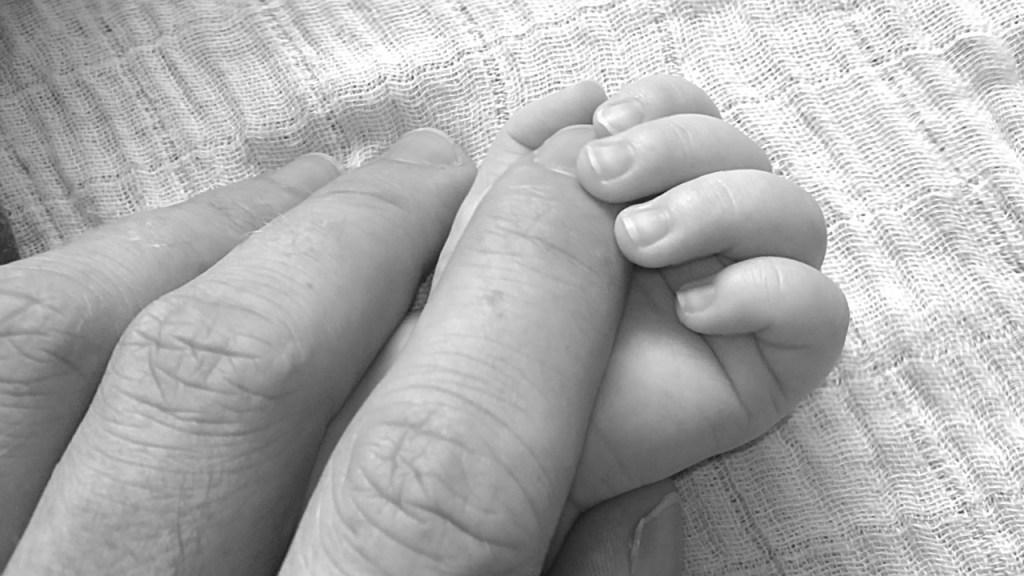 palce dorosłego i dziecka