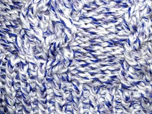 Czapka na drutach z wzoru od Wyszydełkowanej, zbliżenie na wzór