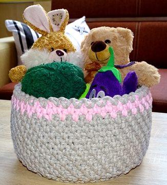 Sznurkowy koszyk z królikiem, misiem, brokułem i bakłażanem