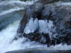 cours d'eau glacée