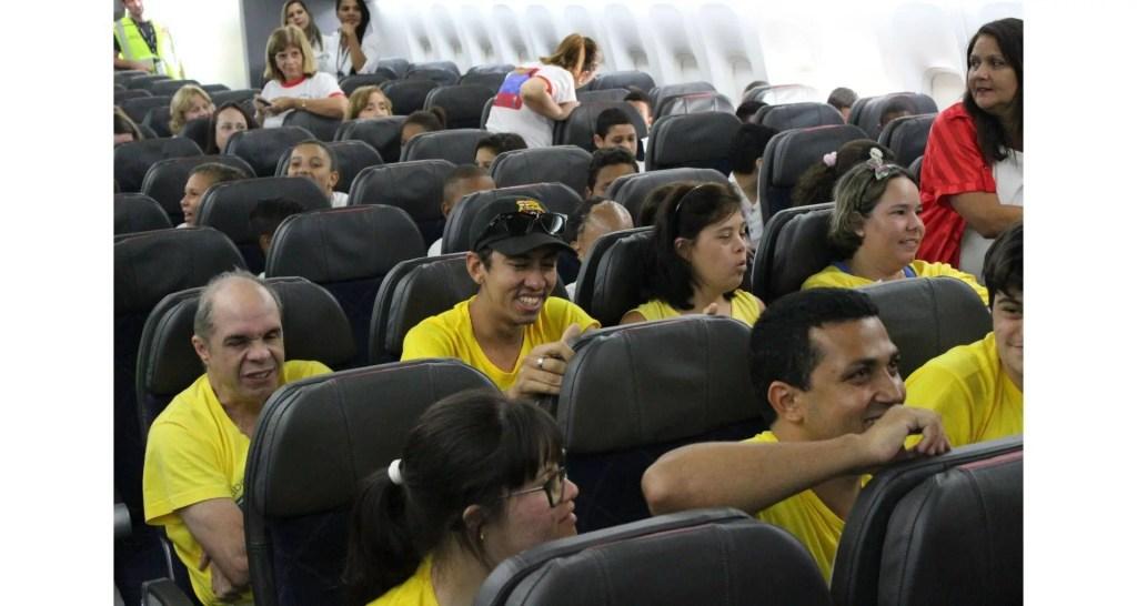 RIOgaleao - Visita de criancas a  aeronave pela primeira vez (3)