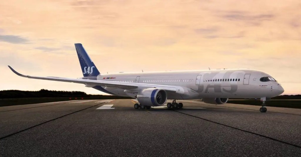 avião da SAS parado na pista