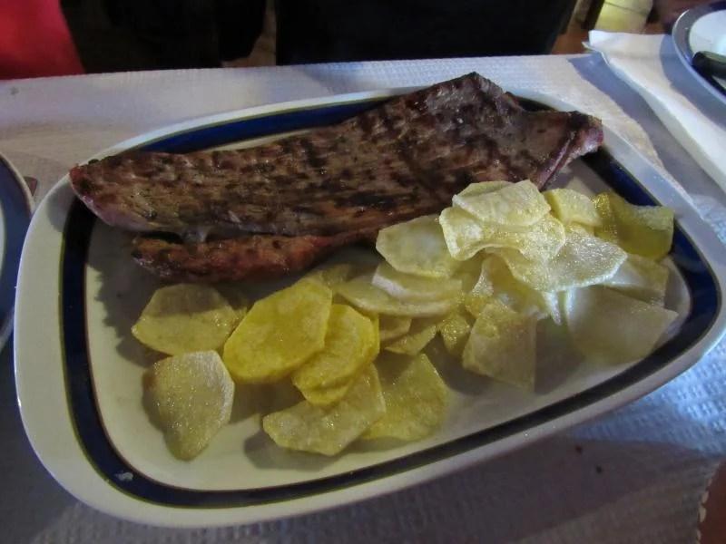 Bife com batatas fritas no restaurante Dom Pedro.