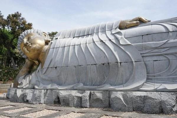 Buda deitado no Buddha Eden