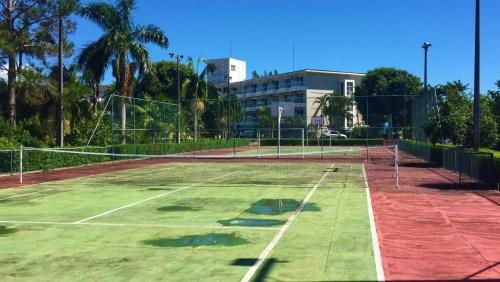 Quadra de Tênis e de Futebol ao fundo