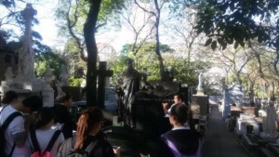 O guia Popó conta histórias sobre os mortos famosos. Foto: Patrícia Ribeiro/ Passeios Baratos em SP