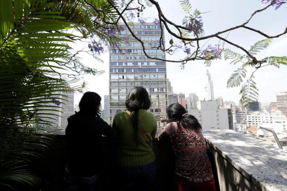 Visitantes observam a cidade do topo do Edifício Matarazzo Foto: José Cordeiro/SPTuris
