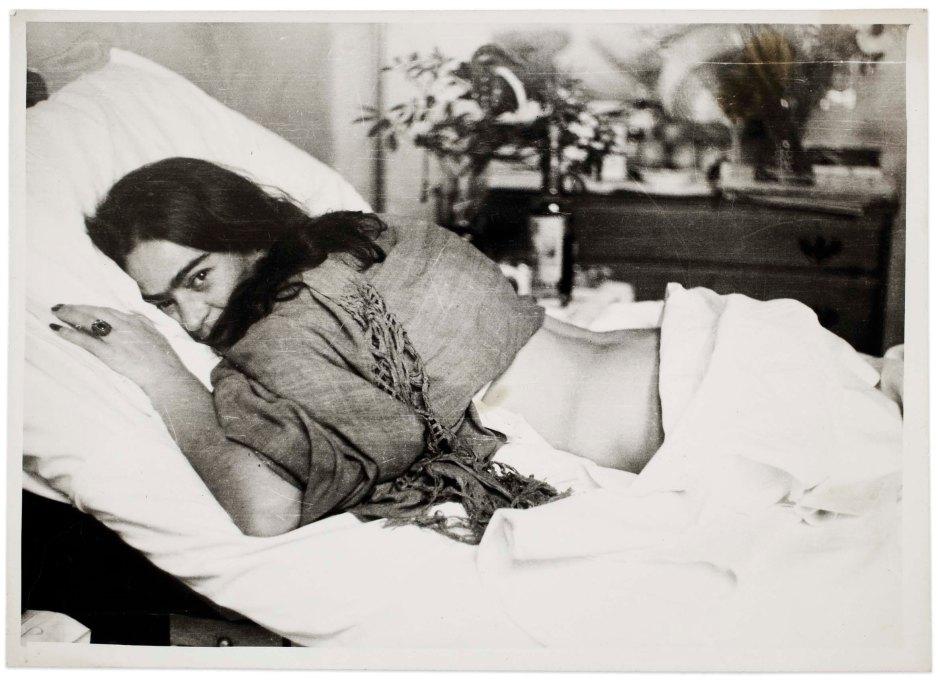 Frida de barriga para baixo, por Nickolas Muray, 1946 ©Museu Frida Kahlo