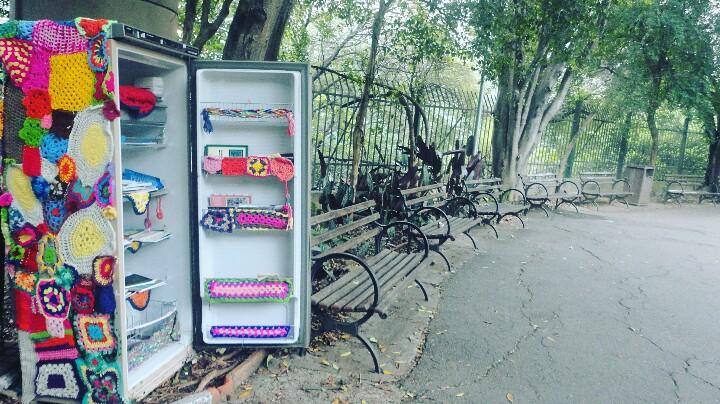 A geladeira colorida guarda livros para os frequentadores do parque Foto: Vilma Alcântara