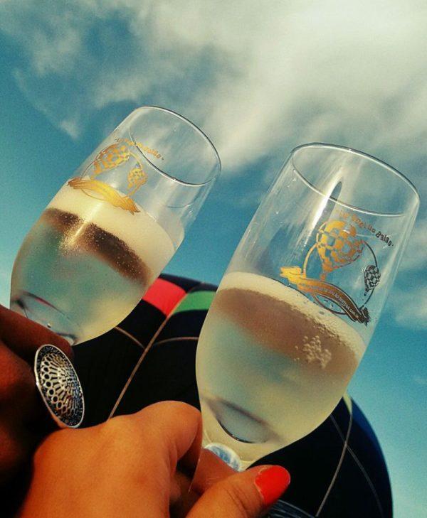 No final do passeio todos brindam com champanhe Foto: Sueli dos Santos