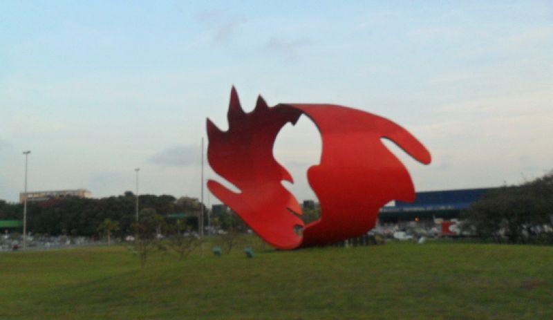 Escultura no aeroporto de Guarulhos