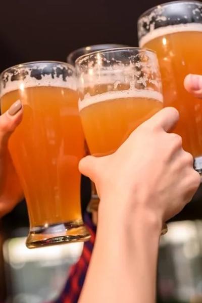bienfait de la bière sur la santé, cercle d'ami buvant de labière