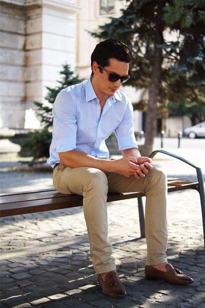 s'habiller pour un entretien quand il fait chaud avec un chino beige, une chemise bleu claire et des mocassins