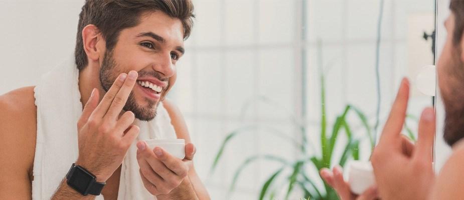 homme devant un miroir, quels sont les aliments à manger pour avoir une belle peau
