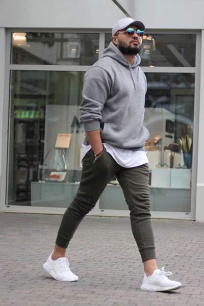 look sportswear porter un hoodie homme avec un sweatpant