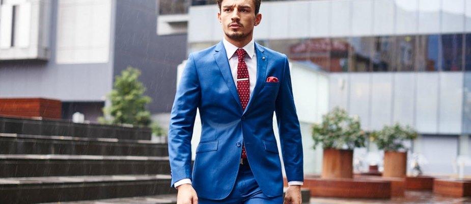 Costume homme bleu avec cravate et pochette de costume bordeaux