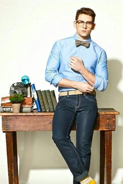 noeud papillon porté avec une chemise et un jean