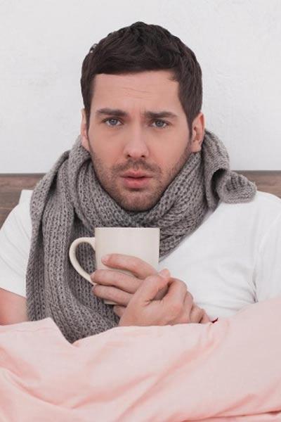 homme ayant mal à la gorge angine