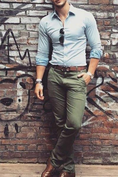 look casual chic pantalon kaki homme et chemise bleu clair