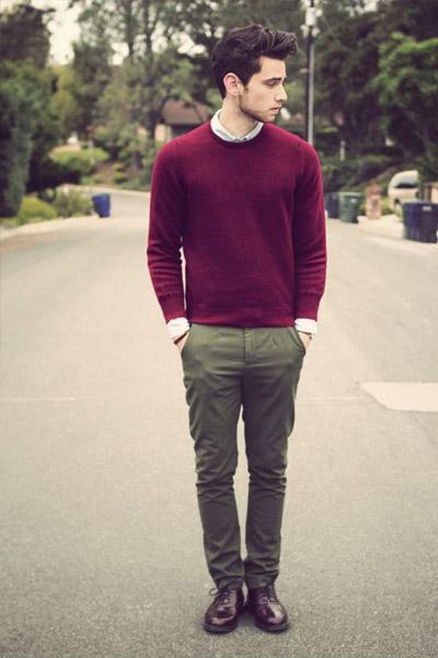 look classique homme pantalon kaki et pull bordeaux