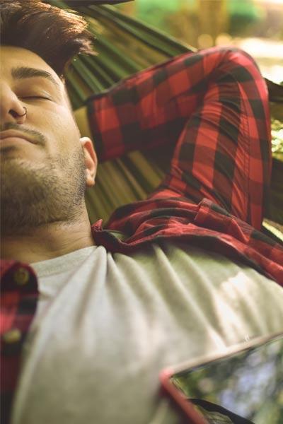 homme faisant une sieste