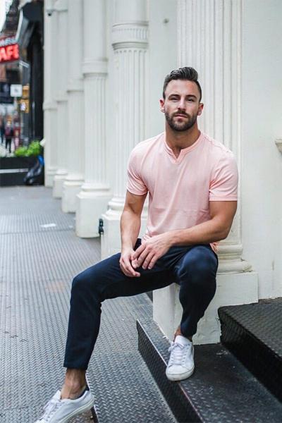 pantalon bleu marine homme et t-shirt rose