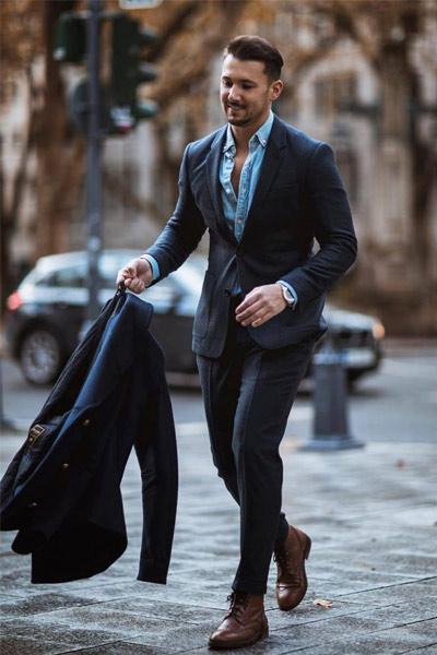 look habillé homme avec costume bleu marine et chemise bleu clair