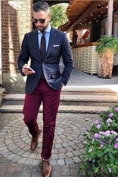 look classique homme chemise bleu clair, blazer bleu marine et chino bordeaux