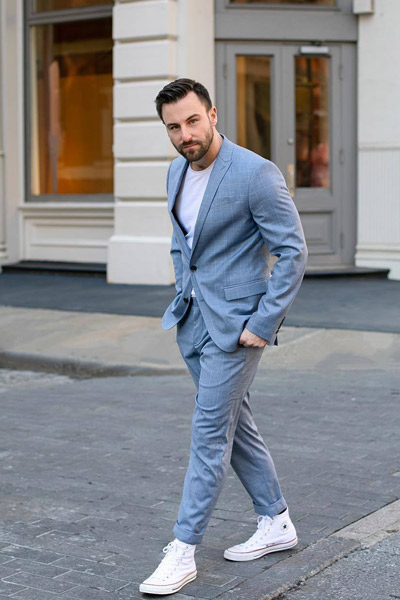 look homme classe costume et converse