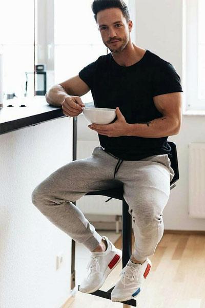 tenue homme sportswear jogpant et t-shirt