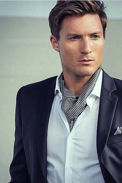 chemise et cravate ascot pour un look dandy