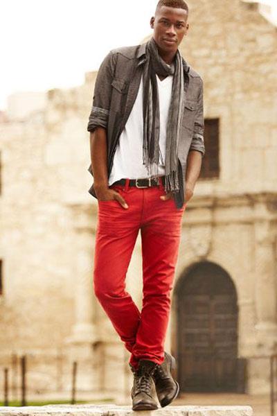 tenue urbaine homme pantalon rouge, chemise grise, boots