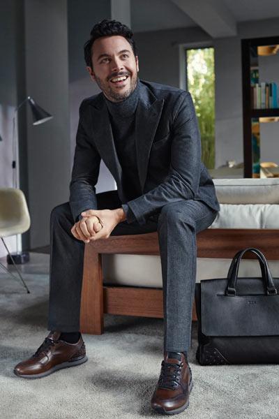 tenue homme costume gris et baskets en cuir marron