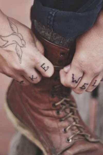 tatouage doigts et main homme