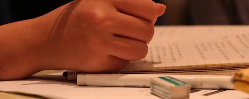 徹夜で勉強に挑む生徒の手