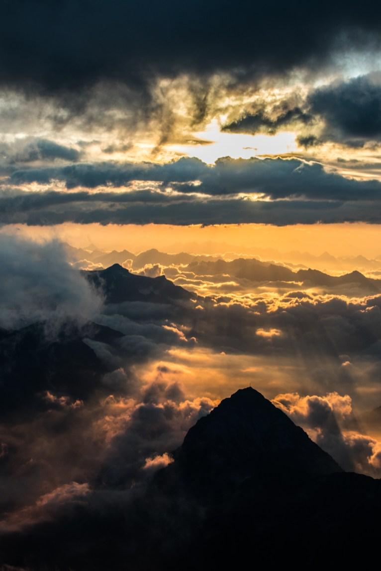 Le soleil met en valeur un sommet anonyme et sa croix, un signe ?